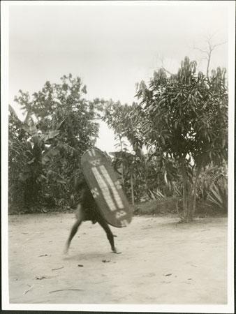 Guerrero zande con escudo