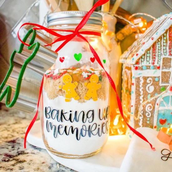cricut, vinyl, diy Christmas gift, gifts, hostess gifts, cookie mix, mason jar gift, mason jar craft, diy crafts, mason jars, tea towel, diy tea towel, cricut tea towel, Christmas décor, kitchen décor, Christmas kitchen, diy cookie mix