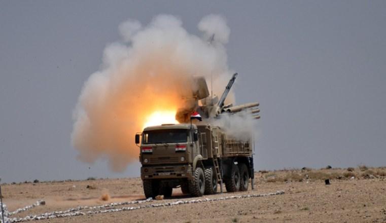 Porušenie: Ozbrojené sily vzdušnej obrany zachytávajú neidentifikované objekty nad južnou Sýriou (Video)