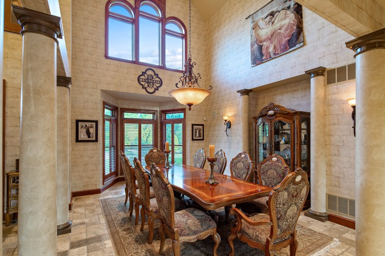 dining room at 531 Shadowbrook