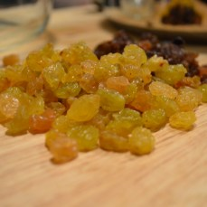 golden raisins and black raisins