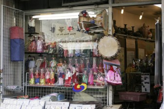 A storefront in Insadong displays dolls and drums. Insadong / http://creativecommons.org/licenses/by/2.0/