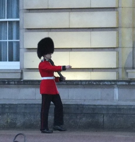 buckingham palace guard marching london