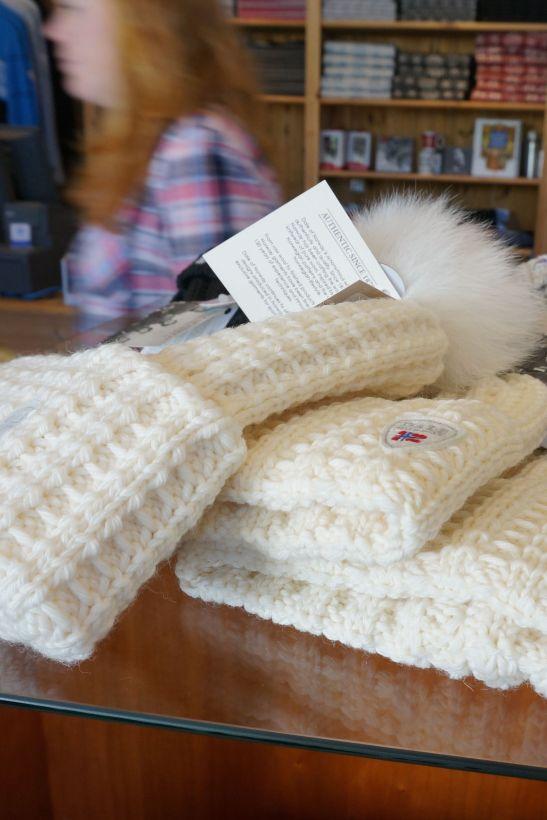 dale norway white hat pom pom fur