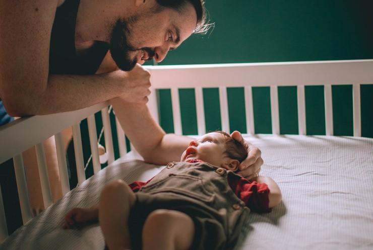 Sovende Børn - Voksen nusser barn i tremmeseng - Foto af Helena Lopes