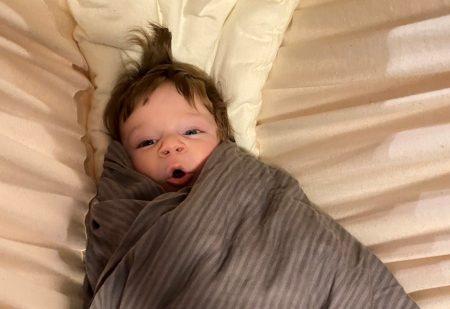 Sovende Børn - Barn i slyngevugge med meget hår svøbt i dyne