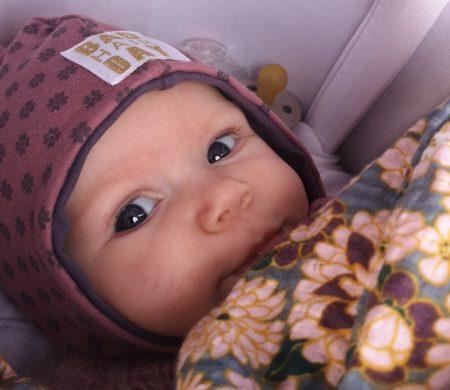 Sovende Børn - Vågen baby i barnevogn.png
