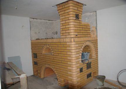 Hoody-Schornstein auf einem Ziegelsteinofen