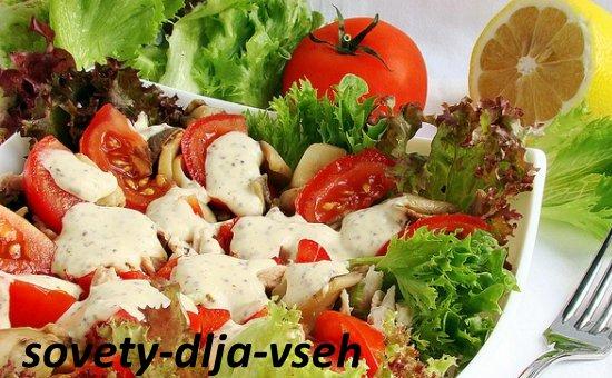 Салат с грибами, курицей и помидорами