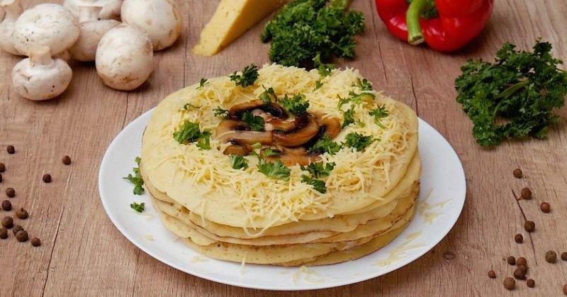 блинный торт с грибами снимок