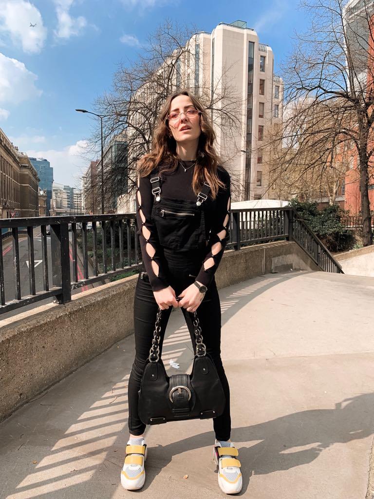 total black latotal-black-look-in-london-soybell-isabell-zanoletti-urban-styleook, black salopette, black jumper, pink sunglasses