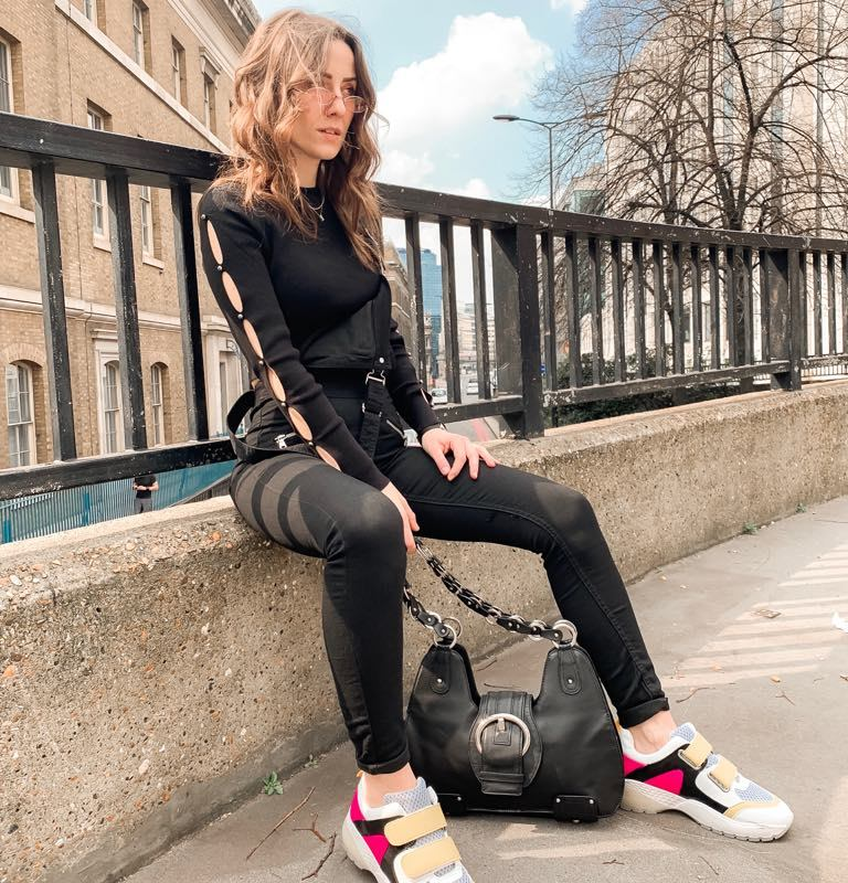 fashion influencer and blogger, black look, white trainers, style