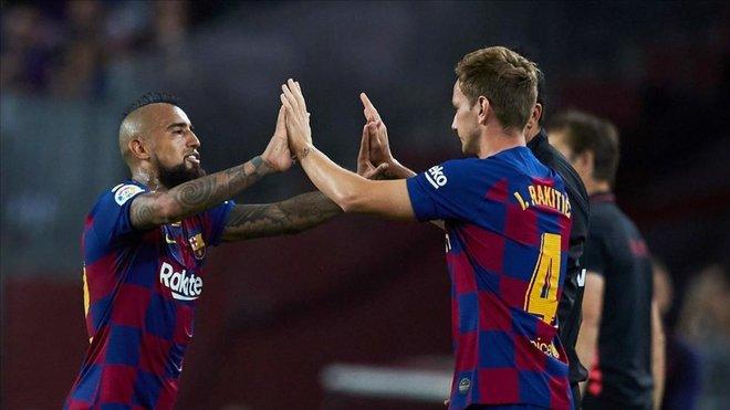 Hubo cumbre en Milán por el futuro de Arturo Vidal y Rakitic