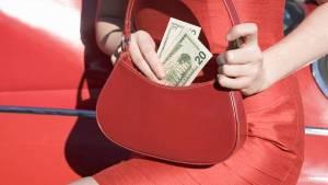 Mujer-sacando-cartera-Foto-Thinkstockphotos_CLAIMA20150320_2232_27