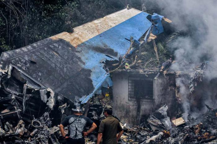 Avión se estrella en Afganistán con 83 pasajeros a bordo