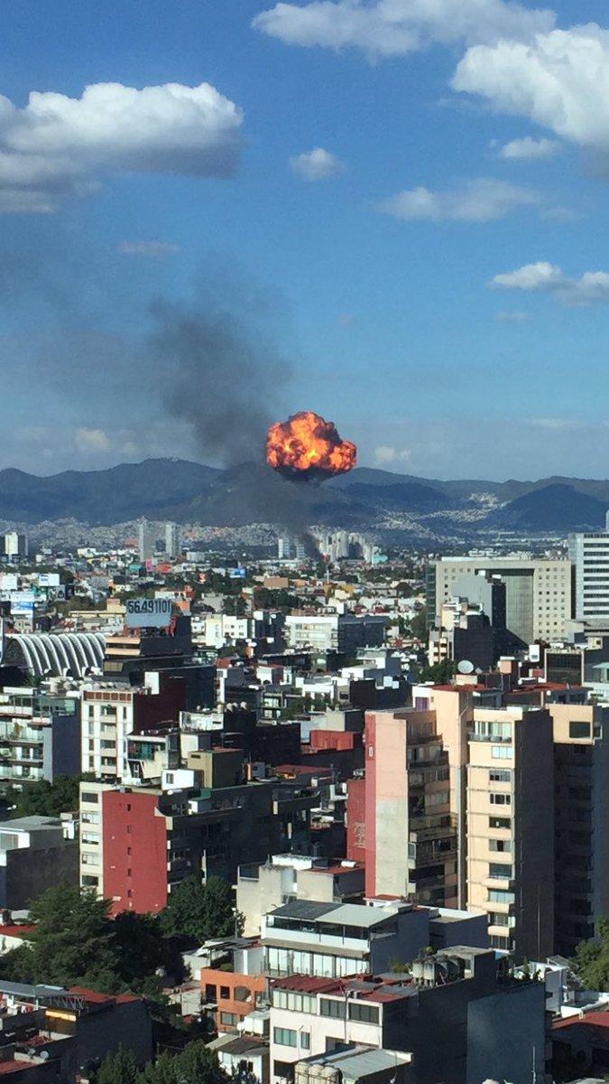 Servicios de emergencia atienden incendio y explosión en la Ciudad de México