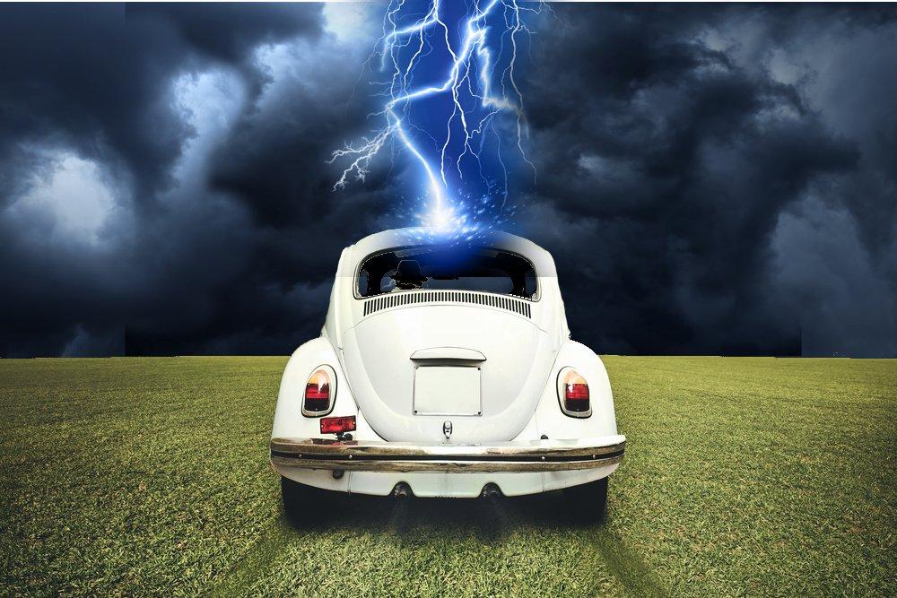 El impactante vídeo en que un rayo impacta sobre un coche