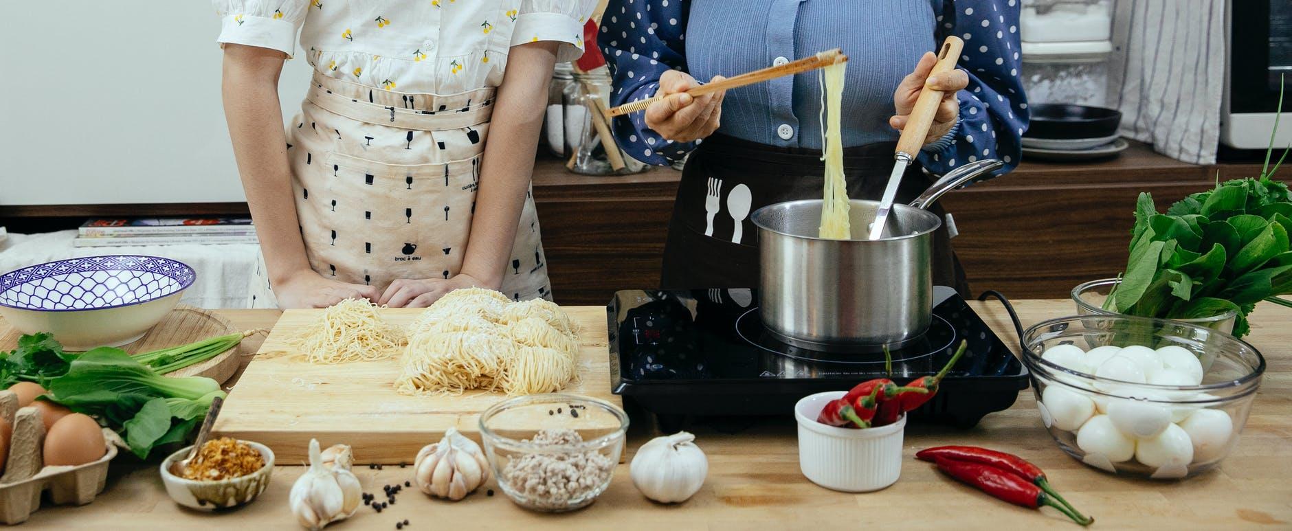 Prepara deliciosa pasta Alfredo con camarones