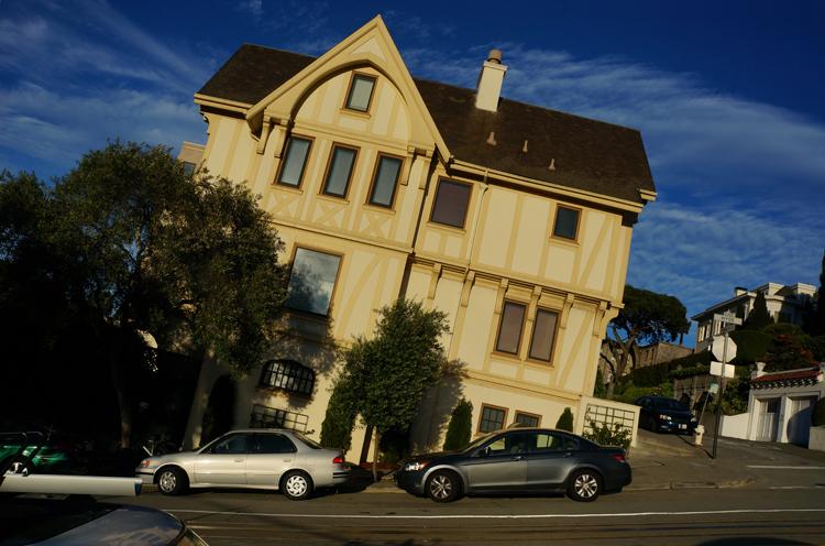 Maison penchée typique SF