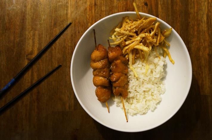 Atelier Cook and Go Paris Avis - Menu Tokyo - Brochettes de poulet yakitori, gohan et salade de chou au vinaigre de riz