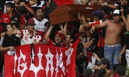 Se llevan a su amigo muerto en el ataúd a ver por última vez un partido de fútbol