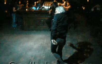 Julian Assange bailando en la discoteca