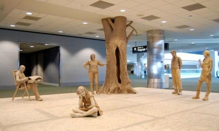 Esculturas hiperrealistas hechas con papel y cinta de embalaje
