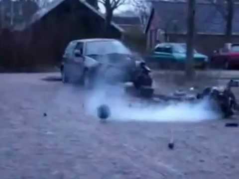 Así sacan el motor de un coche viejo en Rusia
