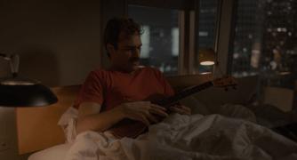 El protagonista de Her en la cama con el ukelele