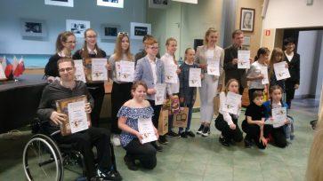 Na zdjęciu grupowym brakuje laureatów konkursu - sześciu uczniów z naszej szkoły z kl. 7a i 7c, którzy byli tego dnia na wycieczce klasowej