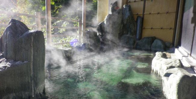 「道志川温泉 紅椿の湯 道志川沿いの渓谷にある日帰り温泉」のアイキャッチ画像