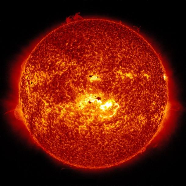Este imágenes combina dos imágenes de Observatorio de Dinámica Solar de la NASA capturó el 7 de enero de 2013.  Juntas, las imágenes muestran la ubicación de un grupo de manchas solares gigante en el sol, y la posición de una llamarada de clase X que se desató a las 1:32 pm EST.  Crédito de la imagen: NASA / SDO