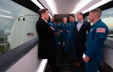 SpaceX-Chef Elon Musk (links), die NASA-Astronauten Victor Glover, Doug Hurley, Bob Behnken, der NASA-Administrator Jim Bridenstine und der NASA-Astronaut Mike Hopkins sind im Zugriffsarm der Crew zu sehen. Die SpaceX Crew Dragon-Raumsonde ist während einer Tour durch den Launch Complex sichtbar 39A vor dem frühen Samstagmorgen Start der Demo-1-Mission. Bildnachweis: NASA / Joel Kowsky