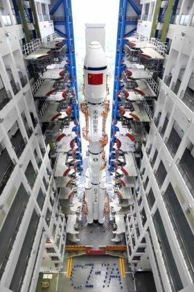 वेन्चांग में ऊर्ध्वाधर एकीकरण इमारत के अंदर एक लंबा मार्च 7 ए।