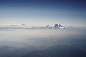 mount_rainier_and_other_cascades_mountains_poking_through_clouds