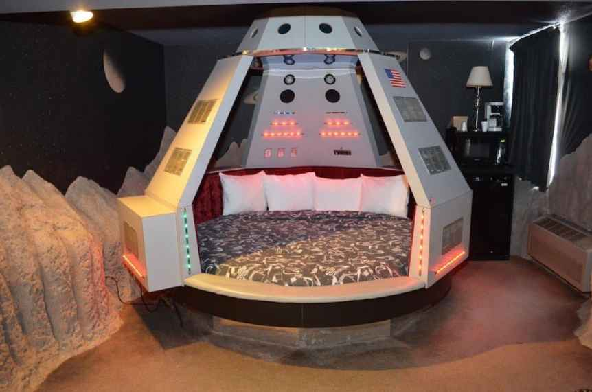 Space Themed Hotel: Fantasuites Hotel
