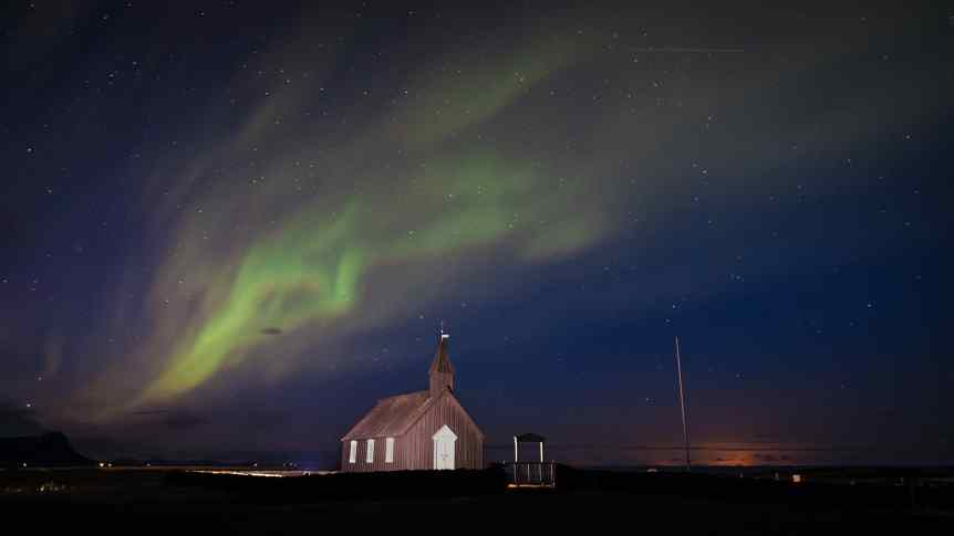Seeing the Northern Lights in Iceland - Giuseppe Milo via Flickr