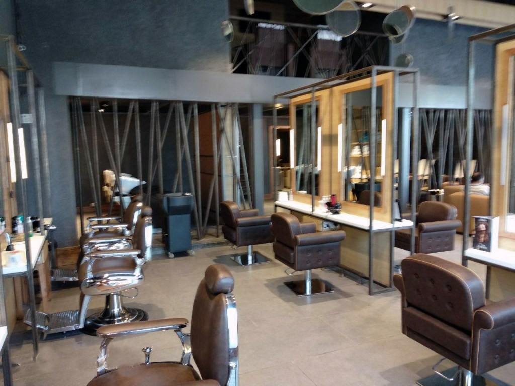 salon outlet rented in gurgaon to looks brand