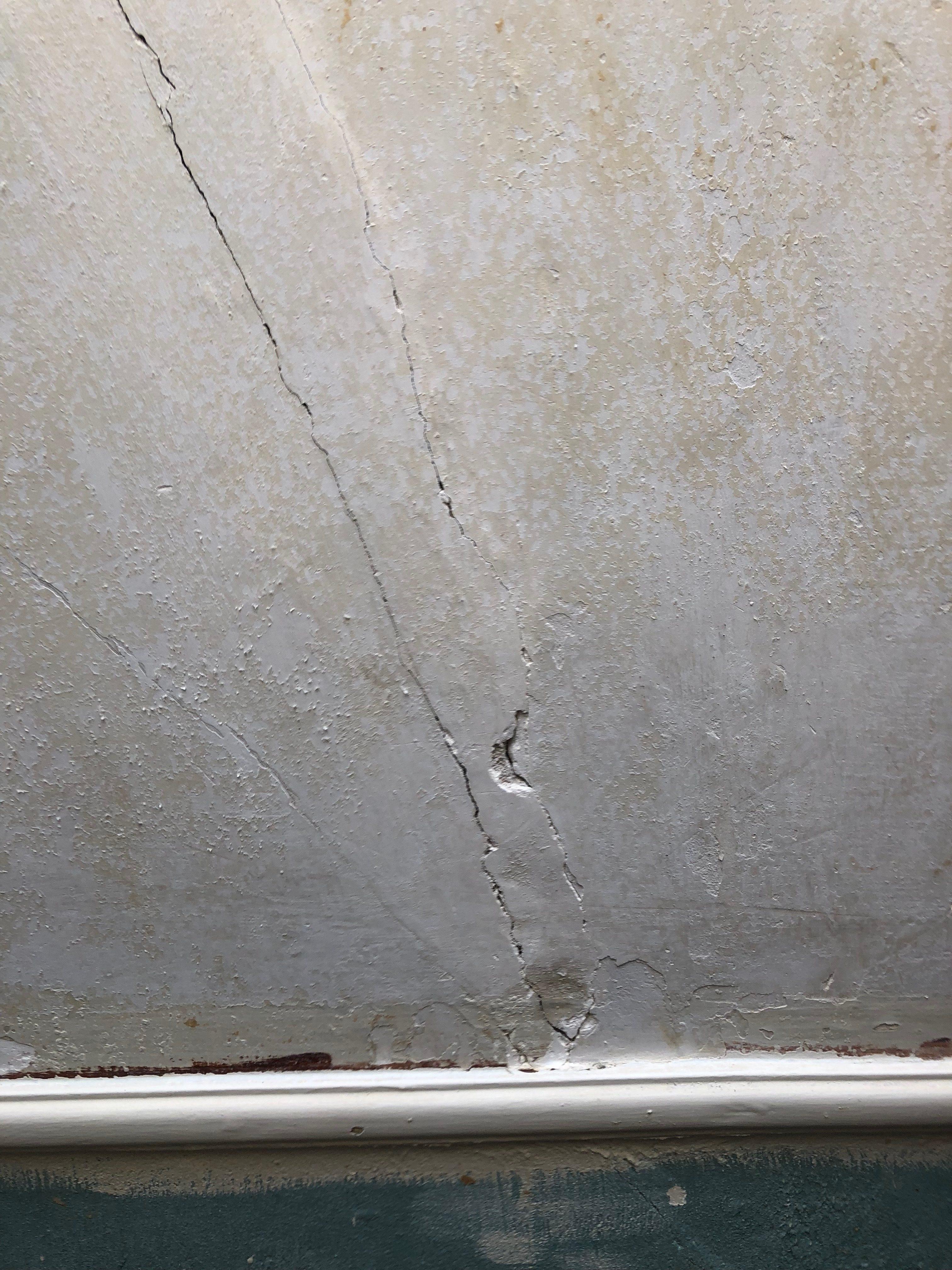 Wand na verwijderden behang, beschadigd (scheuren)