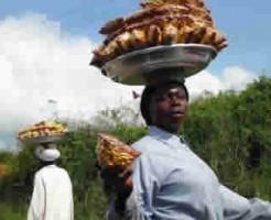 頭に食べ物を乗せる外国人