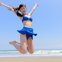 ジャンプする水着女性