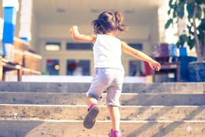 階段を上る女の子