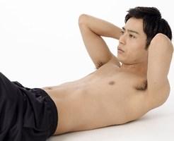 腸腰筋・腹直筋を鍛える男性