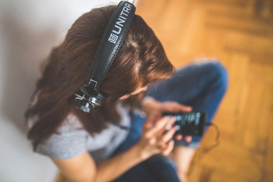 Chica escuchando musica con el movil