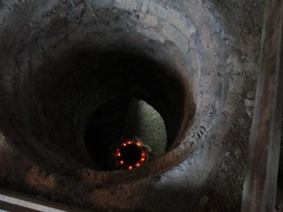 Hueco en el suelo donde está recreado el fuego que encendían en la época para calentar algunas estancias de la fortaleza.