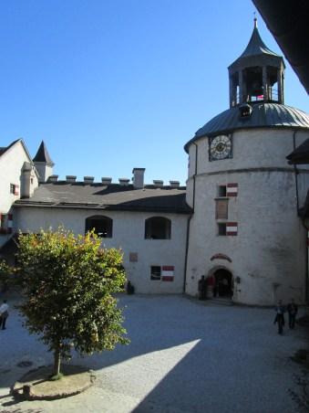 Patio exterior; entrada a la fortaleza si se asciende con el Lift.
