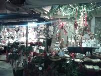 Dos de los puestos del mercado, donde se venden adornos navideños.