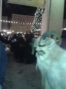 Krampus agachándose para entrar en el campo de visión de mi cámara, sin que yo me enterase.