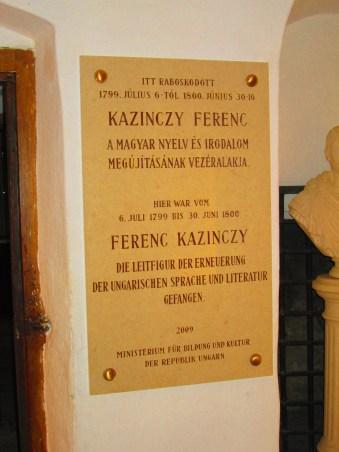 Una de las numerosas placas y carteles contenidos en una torre utilizada en los siglos XIX y XX para retener a los enemigos del estado (muchos de ellos húngaros con aspiraciones independentistas, como ocurre en el caso concreto de esta imagen) o a los prisioneros de guerra de la Primera Guerra Mundial
