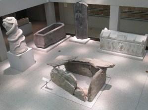 Sarcófagos egipcios en la planta baja del museo